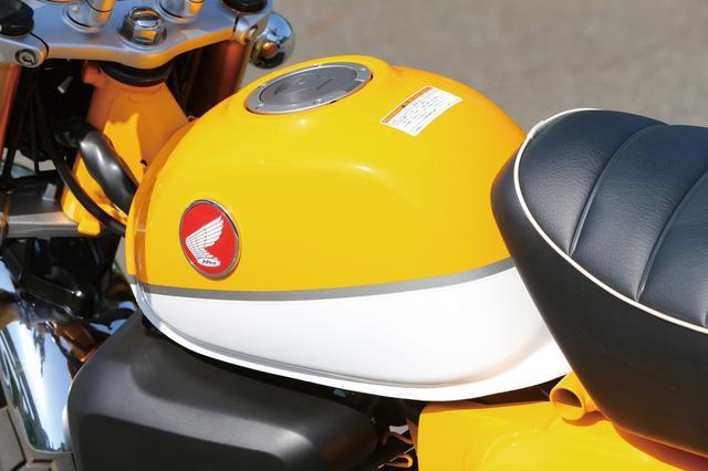 画像: 燃料タンクはコンパクトなデザインだが5.6Lの容量を確保、エアプレーンタイプのヒンジ付キャップも装備。オールドタイプのウイングマークエンブレムがよく似合う。