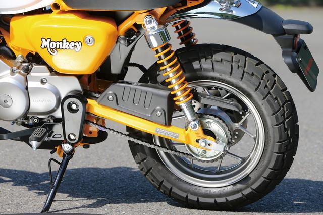画像: リアブレーキには1ポッドキャリパーを装着。ツインショックがマウントされるスイングアームのエンドピースは、質感の高い鍛造品だ。
