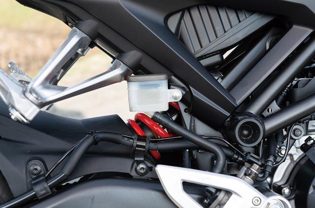 画像: メインフレーム部で後輪荷重の入力を受けにくい構成となっている、独特なフレーム。リアタイヤの接地感が非常にわかりやすいと、伊藤さんも大絶賛の仕上がりを見せる。