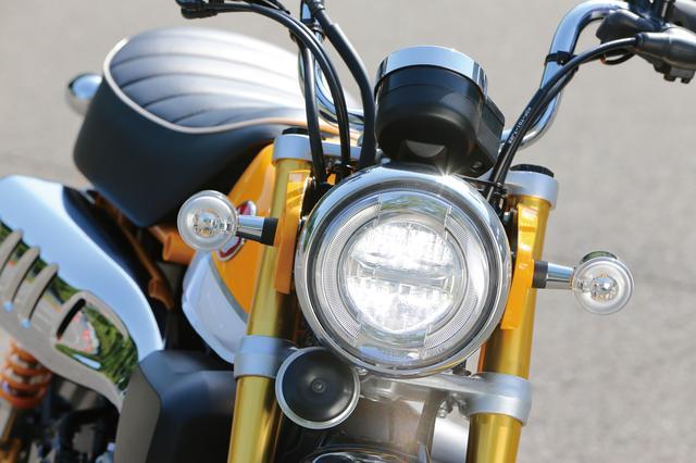 画像: 丸型のコンパクトなヘッドライトはLEDを採用。ロービーム/ハイビームを囲むように配置されたポジションランプなど、モダナイズされたデザインも取り入れられている