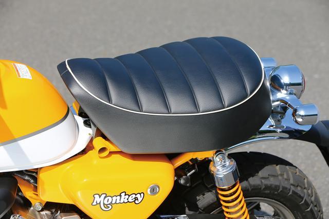 画像: 厚みのあるクッションを備える快適なシート。タックロールデザインをあしらった広い座面により、ライディングポジションの自由度も高い。