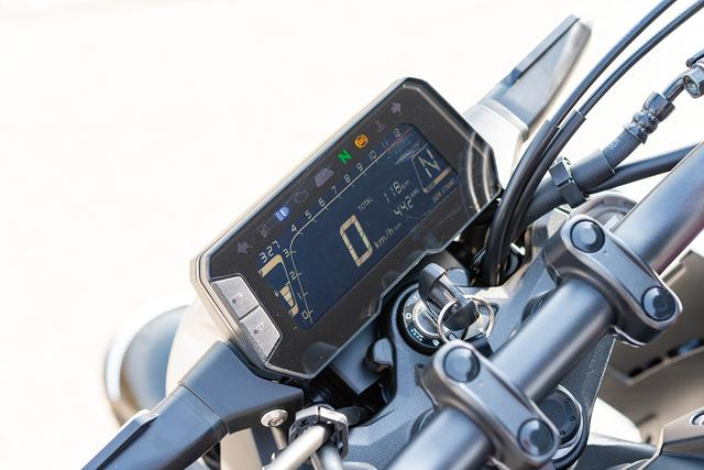 画像: ひと昔前の125㏄モデルでは考えられなかった、フルデジタル表示のマルチファンクション液晶メーターを採用。シフトアップインジケーターなどのライダーエイド機能も装備。