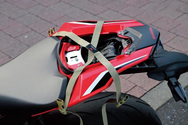 画像: シートが外せる機種なら着脱が嘘のように簡単に行える『Xベルト』を採用。バッグを外した後もバックルを接続しておけばベルトがブラ付かない。