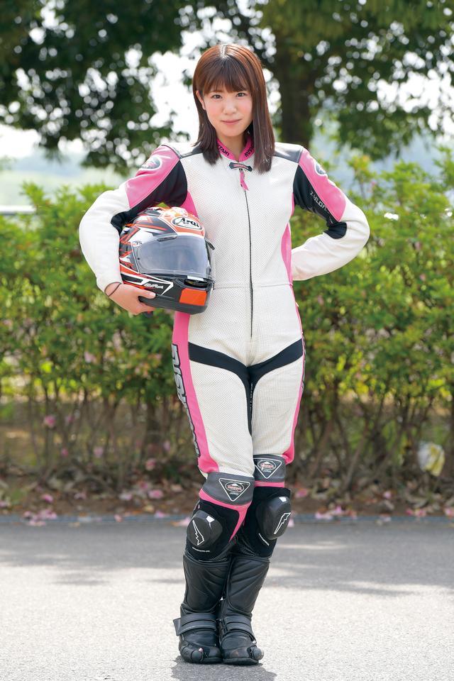 画像: SKE48時代を経て、現在はバイクやクルマなどのメディアやイベントで活躍中。最近熱心に洗車するようになった愛車の真っ黒なCB400SF(VTEC III)は街乗りからツーリングまでフル回転。学生時代のチアリーディング部と、歌って踊れるアイドル生活で鍛え上げた体力は健在。オートバイ誌レギュラー企画「梅日和(うめひよ)」も好評連載中。