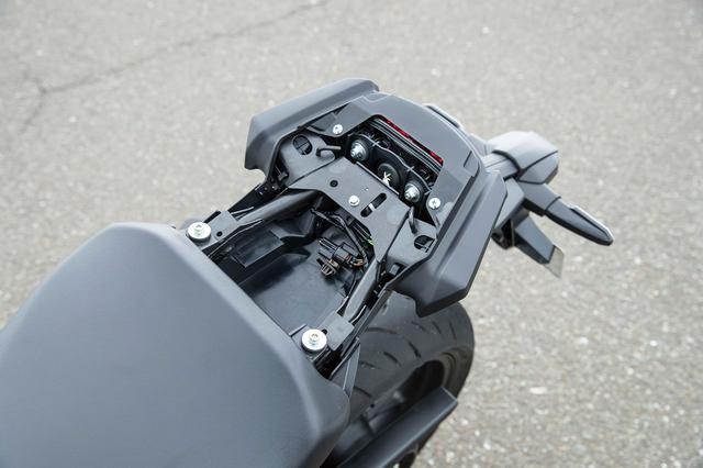 画像: タンデムシートを取り外すと、小さいながらも収納に使えるスペースが用意されている。ETC車載器程度なら収まるだろう。