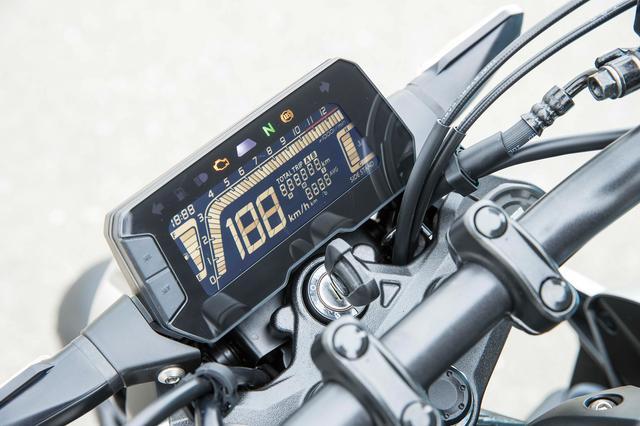 画像: フルデジタル表示のコンパクトな多機能液晶メーター。シフトアップインジケーターやタコメーターのピークホールド機能まで備えている。