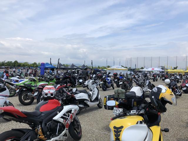 画像: 駐輪場はバイクでいーっぱい!!