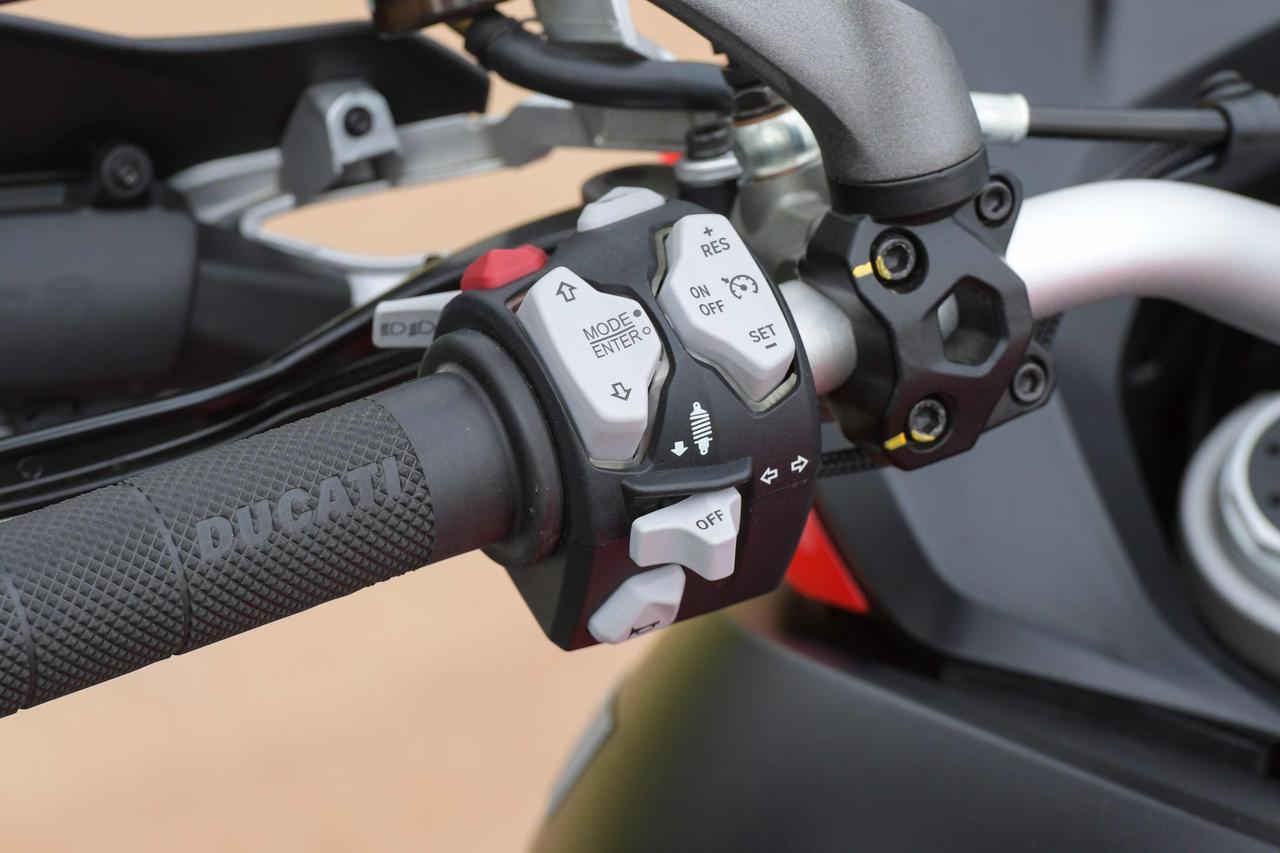 画像2: パニガーレにも似たLEDヘッドライト、クチバシのような形状のノーズ、大型スクリーンといった要素を組み合わせ、機能とスポーティさを合体させた個性的フロントマスク。IMUでコントロールされるLEDコーナーリングライトも新装備。