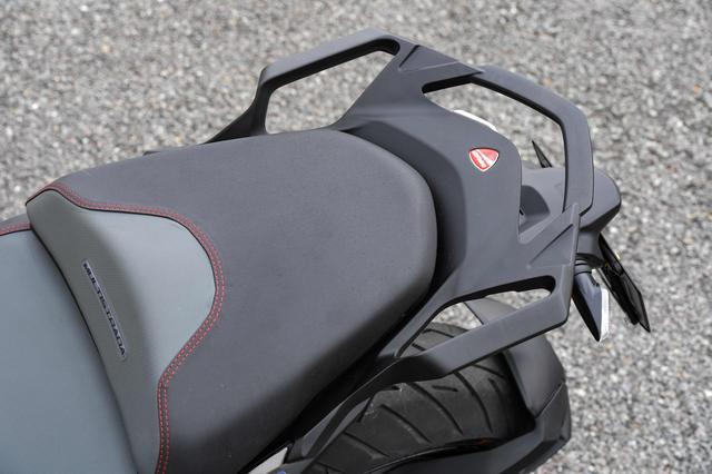 画像3: パニガーレにも似たLEDヘッドライト、クチバシのような形状のノーズ、大型スクリーンといった要素を組み合わせ、機能とスポーティさを合体させた個性的フロントマスク。IMUでコントロールされるLEDコーナーリングライトも新装備。