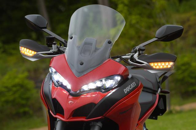 画像5: パニガーレにも似たLEDヘッドライト、クチバシのような形状のノーズ、大型スクリーンといった要素を組み合わせ、機能とスポーティさを合体させた個性的フロントマスク。IMUでコントロールされるLEDコーナーリングライトも新装備。