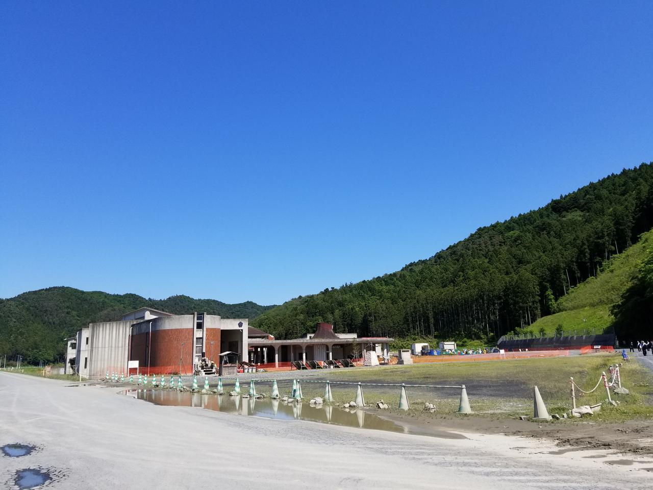 画像: 今も跡地として残されていますが、建物の周りには花が咲き、校舎の中は半分片付けられている状態です。 震災から7年。どうやって残しておくべきなのか、このままでいいのか…考えさせられる状態でした。