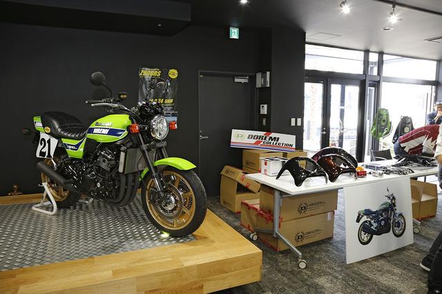 画像: ドレミコレクションは、東京モーターサイクルショーにも参考出品されたカスタム車を展示。ゼッケンプレートやカラーリングでレーシングイメージに仕上げられており、モーリスホイールで前後18インチにインチアップを図っています。