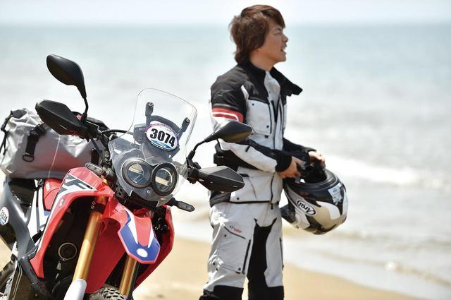画像: 国道に指定されていてバイクのスタンドも沈まないほど締まっていて固い砂の千里浜。こんな場所は日本でもここだけでしょう。