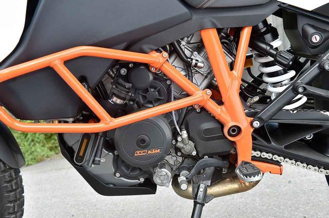 画像: トレリスフレームと同色のクラッシュバーに守られたLC8エンジンは125PSを発揮。1090を名乗るが、75度Vツインはボア103mm×ストローク63mmで排気量は1049ccとしている。