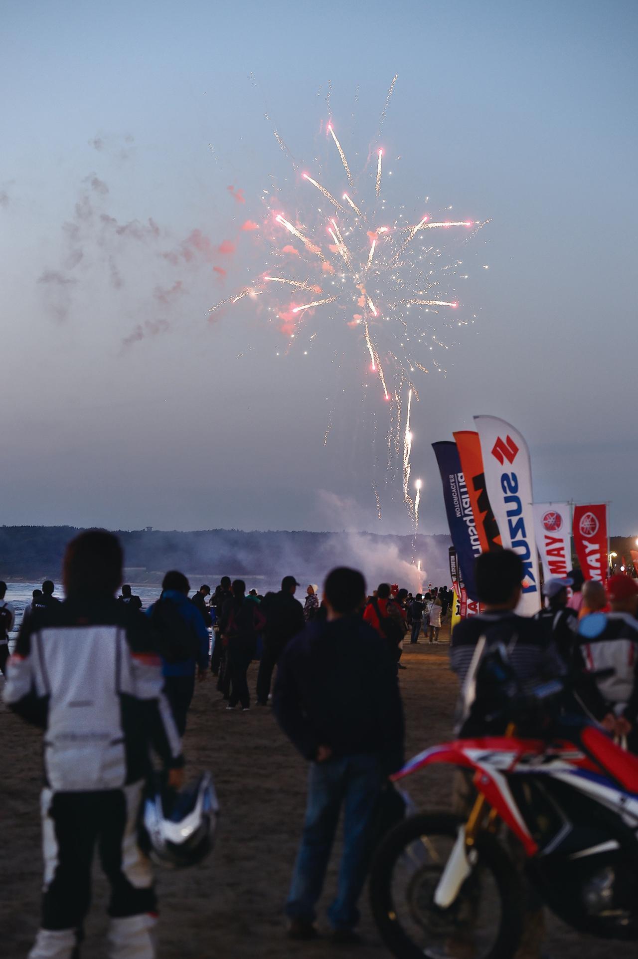 画像: 参加ライダーとゴールを分かち合あう。夕日が沈むと同時に完走を祝福する花火が上がりました。感動的!