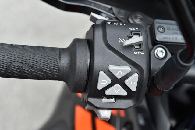 画像: 複雑そうだが、実は運転しながらも直感的に扱える各種スイッチ。