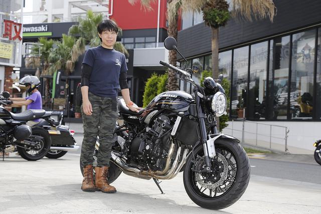 画像: 磯田麻子さん(42歳) 以前はザンザスに乗っていたという磯田さんも、根っからのカワサキ好き。Z900RSは発表時から気になっていて、カワサキプラザ茅ヶ崎て初めて実車を見た時は、感動して泣けてしまったそうです。 「もう見た瞬間、運命だと思いました。1月に購入してから淡路島に行ったり、結構距離も走ってますね。この夏はまだどこに行くか決めていませんが、東北方面に行きたいなと。Uターンと一時停止からの左折が苦手なので、今日は原インストラクターの相談会でいろいろをお話を聞けて、すごく勉強になりました」