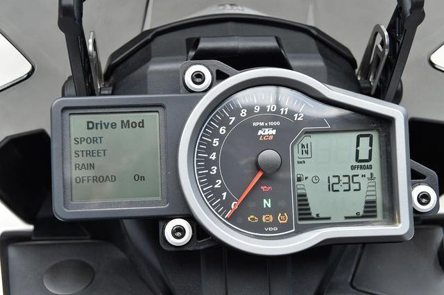画像: 左の四角い画面にライディングモードなどを表示するVDO製のコンビネーションメーター。