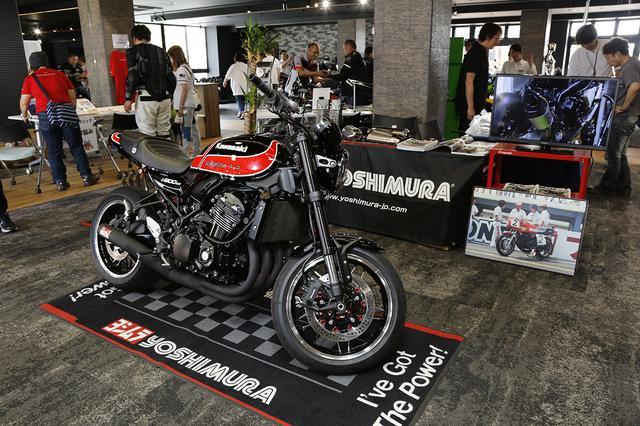 画像: ヨシムラジャパンでは、ヨシムラがアメリカに進出し、AMAに参戦し始めた頃の車輌カラーをイメージしたカスタム車輌を展示。装着されたマフラーは先日もサーキットで走行したレース仕様車ですが、現在車検対応モデルを鋭意製作中とのことです。