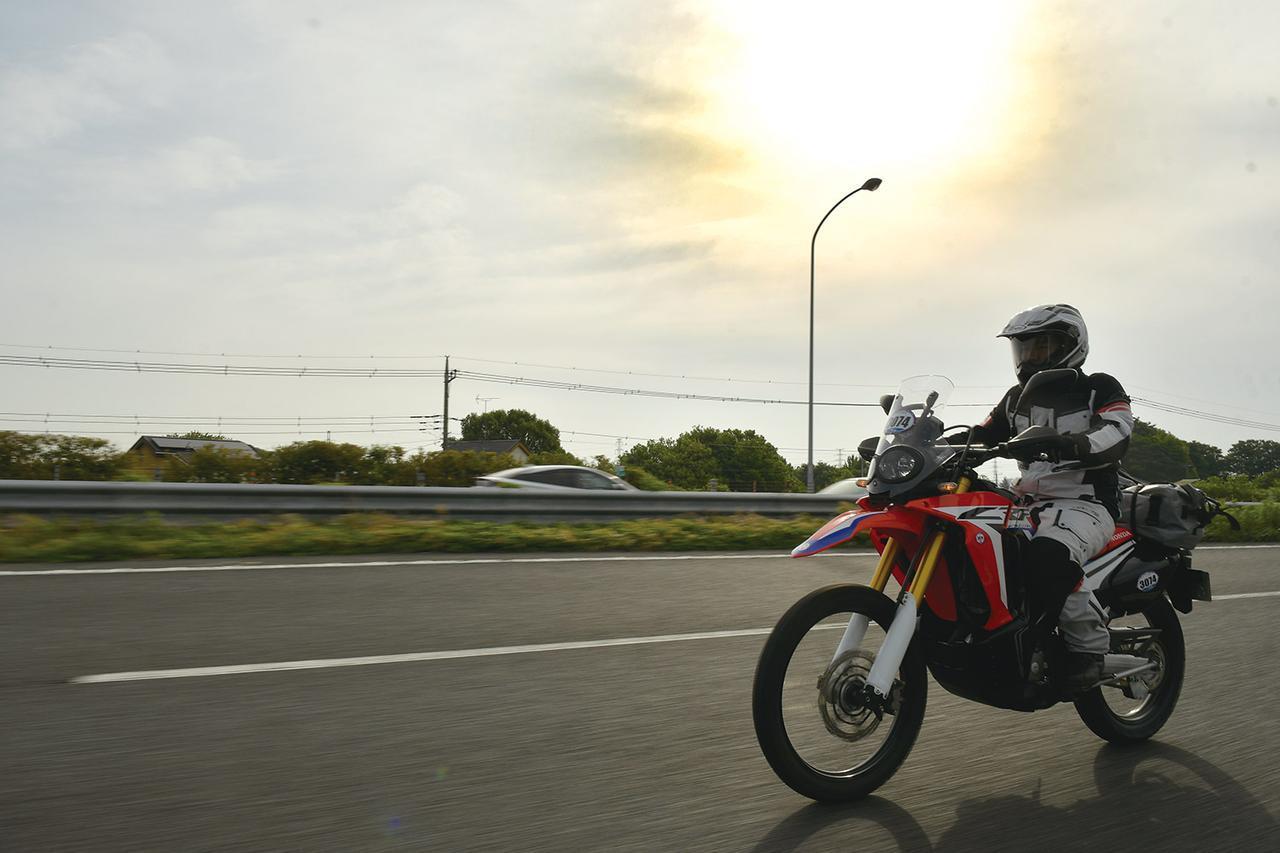 画像: 日の出AM5:03に出発してしばらく走ると曇り空の中に朝日が見えた。目的地は石川県の千里浜「なぎさドライブウェイ」。高速道路を使っても良いし、一般道をひた走ってもOK。