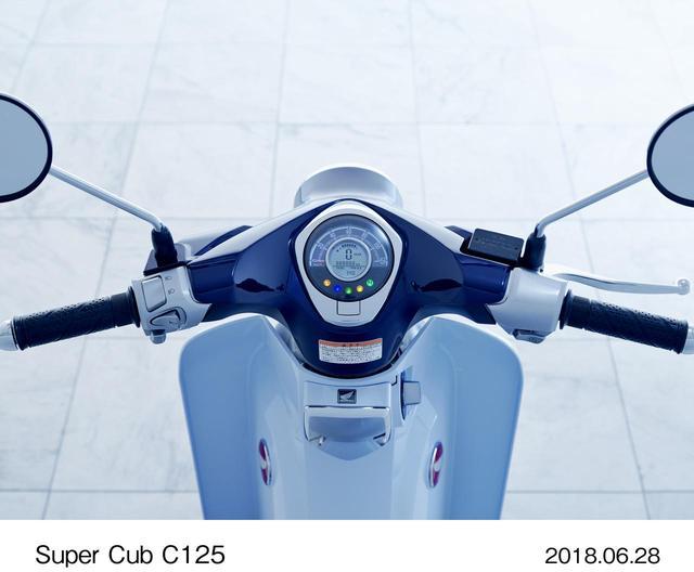 画像: アナログ表示の速度計の内側に、ギアポジションや燃料計などを表示する液晶パネルを埋め込んだユニークなデザインのメーターパネル。