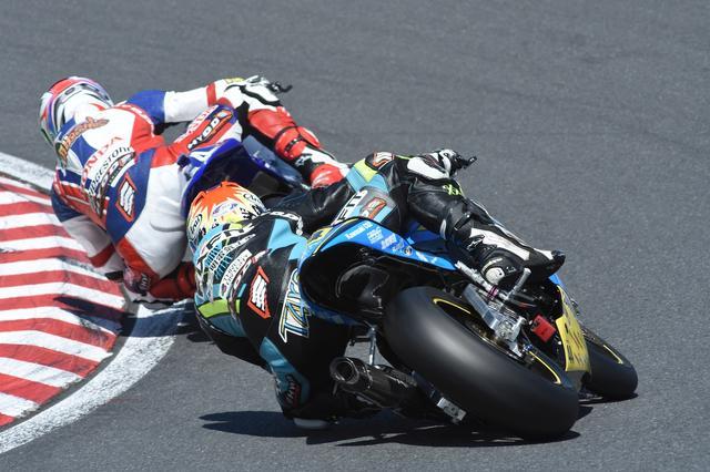 画像: レース1、逃げる岩戸を追い詰めた関口は、一度前に出るも、最終ラップで逆転されての2位