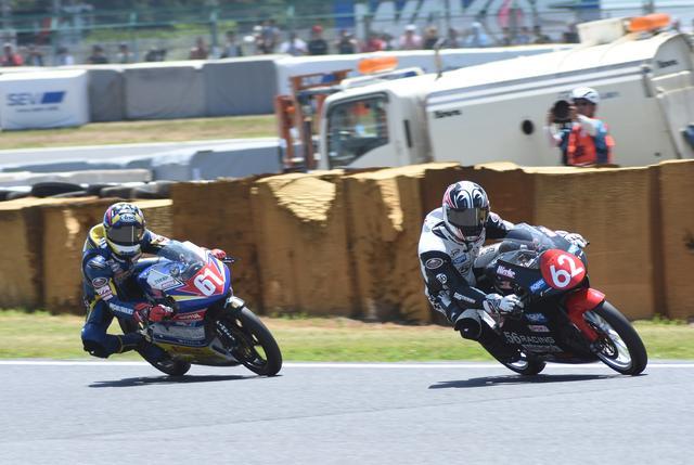 画像: レース2では、埜口は#61岡谷と一騎打ち 最後はふたり同着で写真判定の末、岡谷が今シーズン3勝目