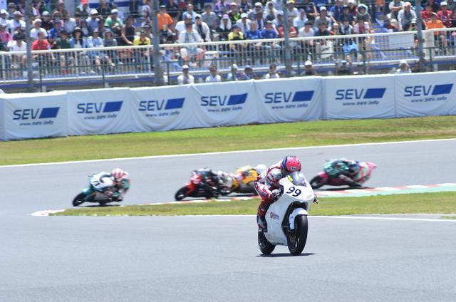 画像: レース終盤、#71小室旭、#56松山拓磨を引き離す坂田
