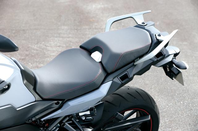 画像: 肉厚のクッションが快適な新形状のシートは、フレーム側のアタッチメントをずらすことでハイ/ロー2種類のシート高に調整可能。