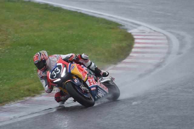 画像: ドライセッティングでこの雨を走ります……