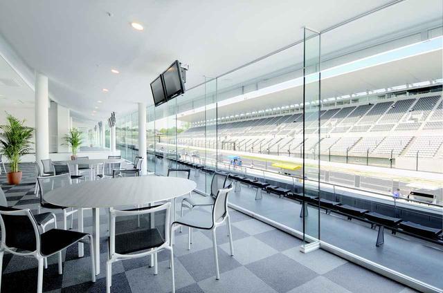 画像: 鈴鹿サーキットのピットビル2 階にあるホスピタリティブース。参考価格は一組約5万円です!