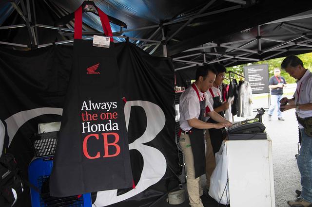 画像: CBオリジナルグッズも販売。定番のCBロゴ入りTシャツも人気ですが、こちらのエプロンも好評だったようです。