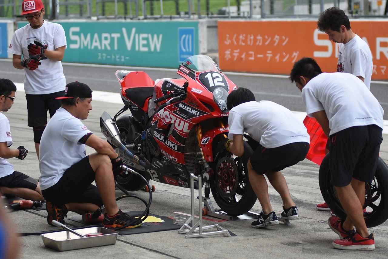 画像: 相変わらずピットワークは神速! この1~2秒がレースタイムに効いてくる!
