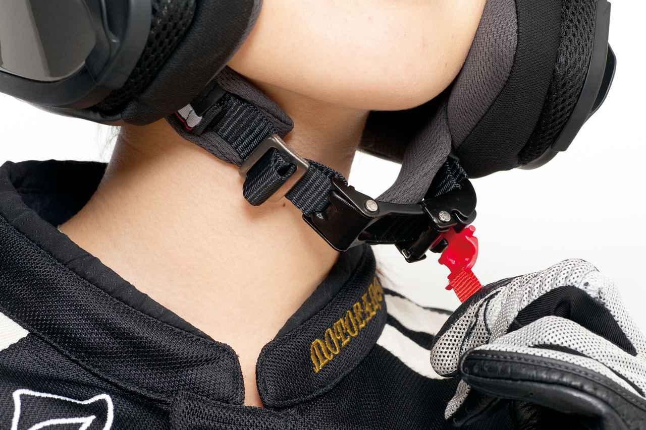 画像: あご紐にはマイクロラチェットバックルを採用。素早く着脱でき、フィット感も細かく調整できる。