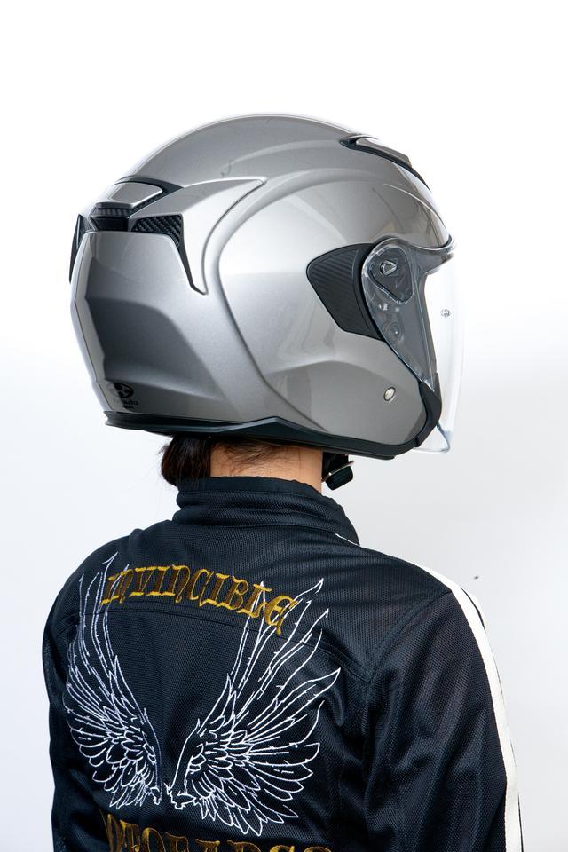 画像: ウエイクスタビライザーと呼ばれる帽体後部の独自形状は走行風を整流してヘルメットのブレを抑えるための工夫。エアアウトレットも一体化されている。