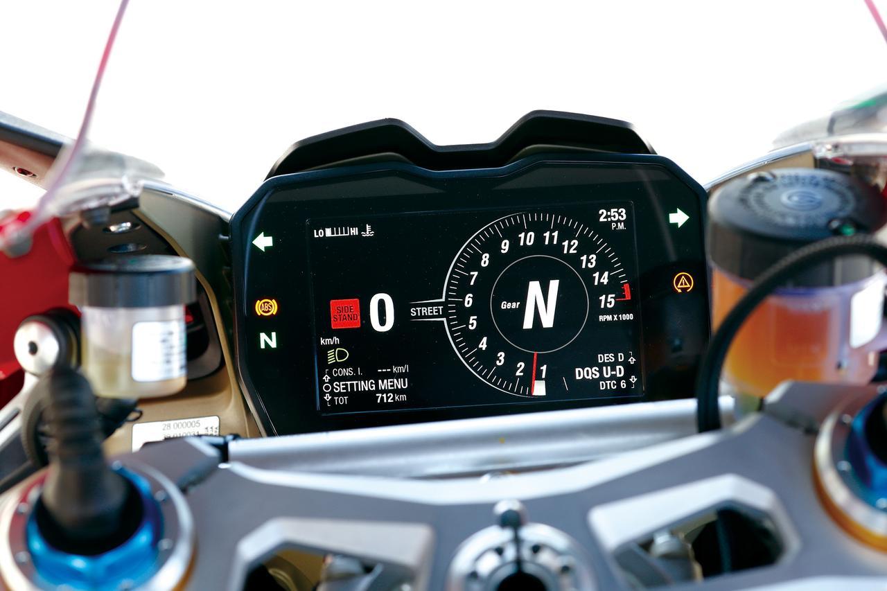 画像: 5インチのカラーTFTディスプレイには、ライディングモードやセッティング状態も表示。ラップタイムを優先表示するトラックモードも選べる。