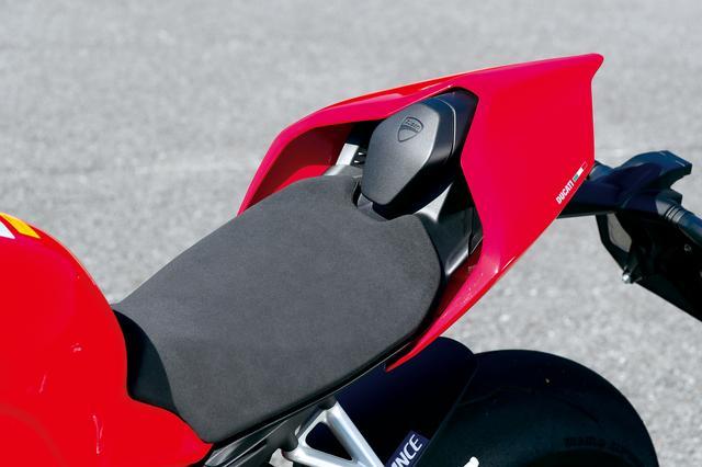 画像: 滑りにくい表皮のシートは非常にコンパクト。Sは2人乗り可能な「ビポスト」仕様で、オプションで付け替え式のタンデムシートも用意されている。
