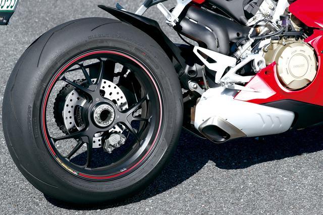 画像: リアサスもオーリンズ製のTTX36ショックを採用。フロント同様、スマートEC2.0システムで電子制御される。タイヤはピレリのディアブロスーパーコルサ。