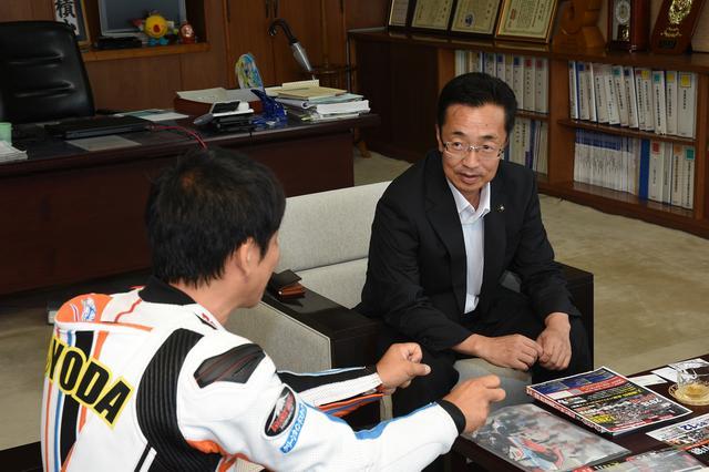 画像: 下妻市役所を表敬訪問した豊田さん。右が下妻市長の菊池博さん