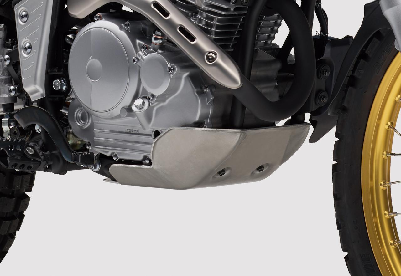 画像: アルミアンダーガード 1万9440円 林道走行時に起こりやすい飛び石などによるエンジンへのダメージを軽減するアルミ製のアンダーガード。