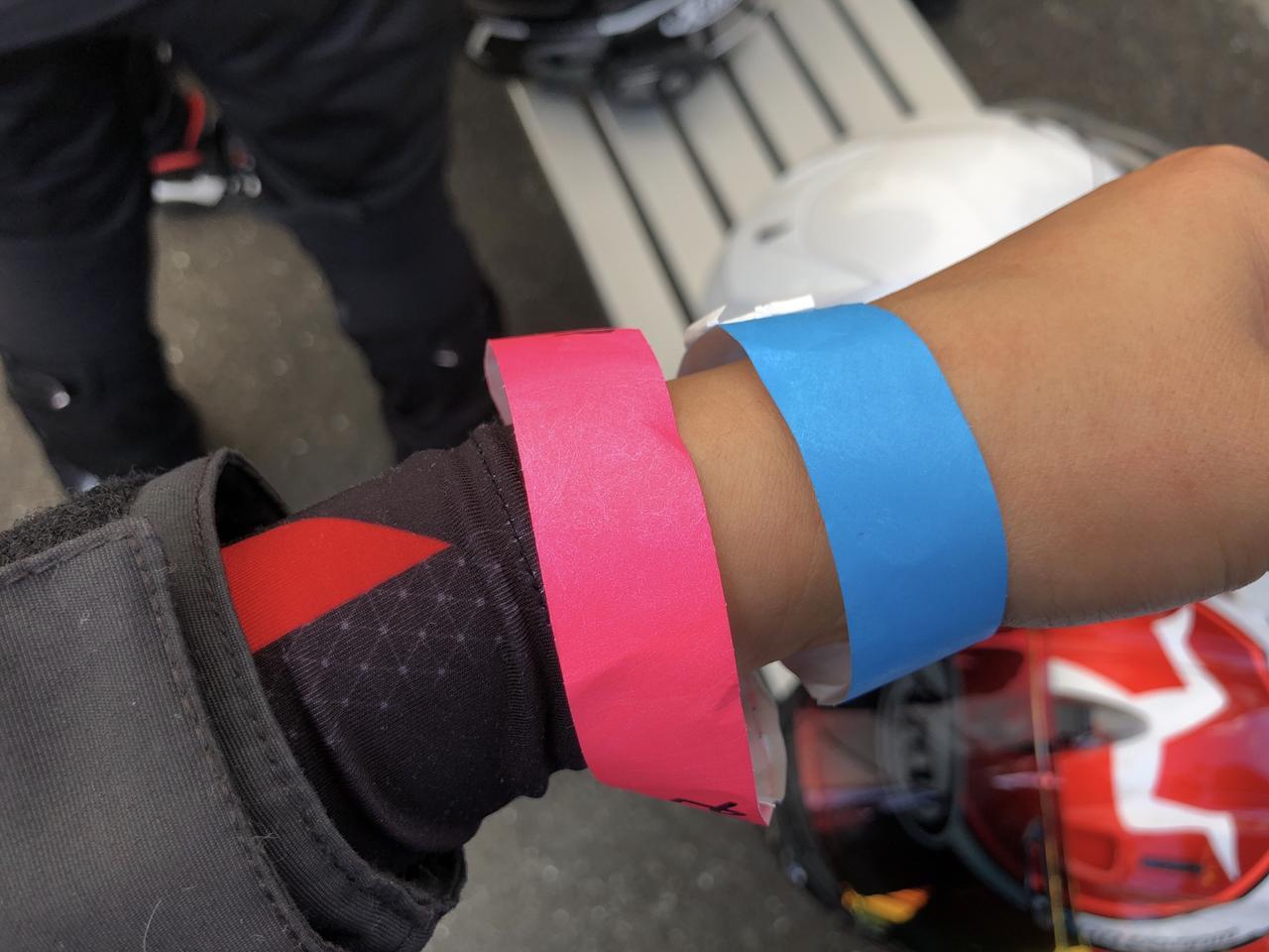 画像: 青色のリストバンドは、大型自動二輪免許所有 桃色のリストバンドは、ライディングスクール午後の部
