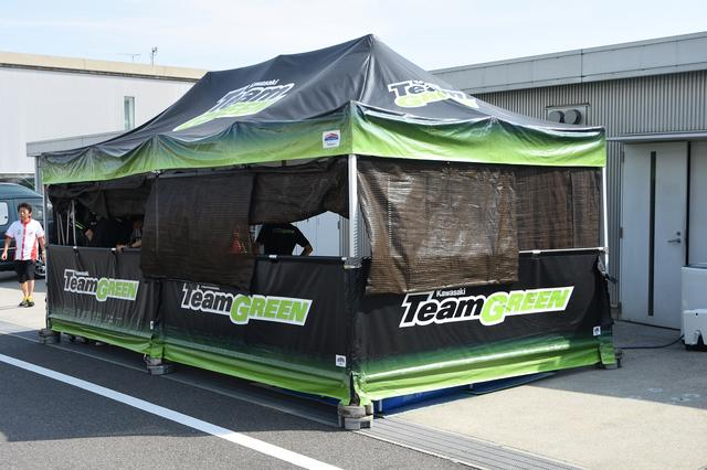 画像: カワサキTeamグリーンは、シンプルに、機能的に。背後に見えるのがチームスイートです