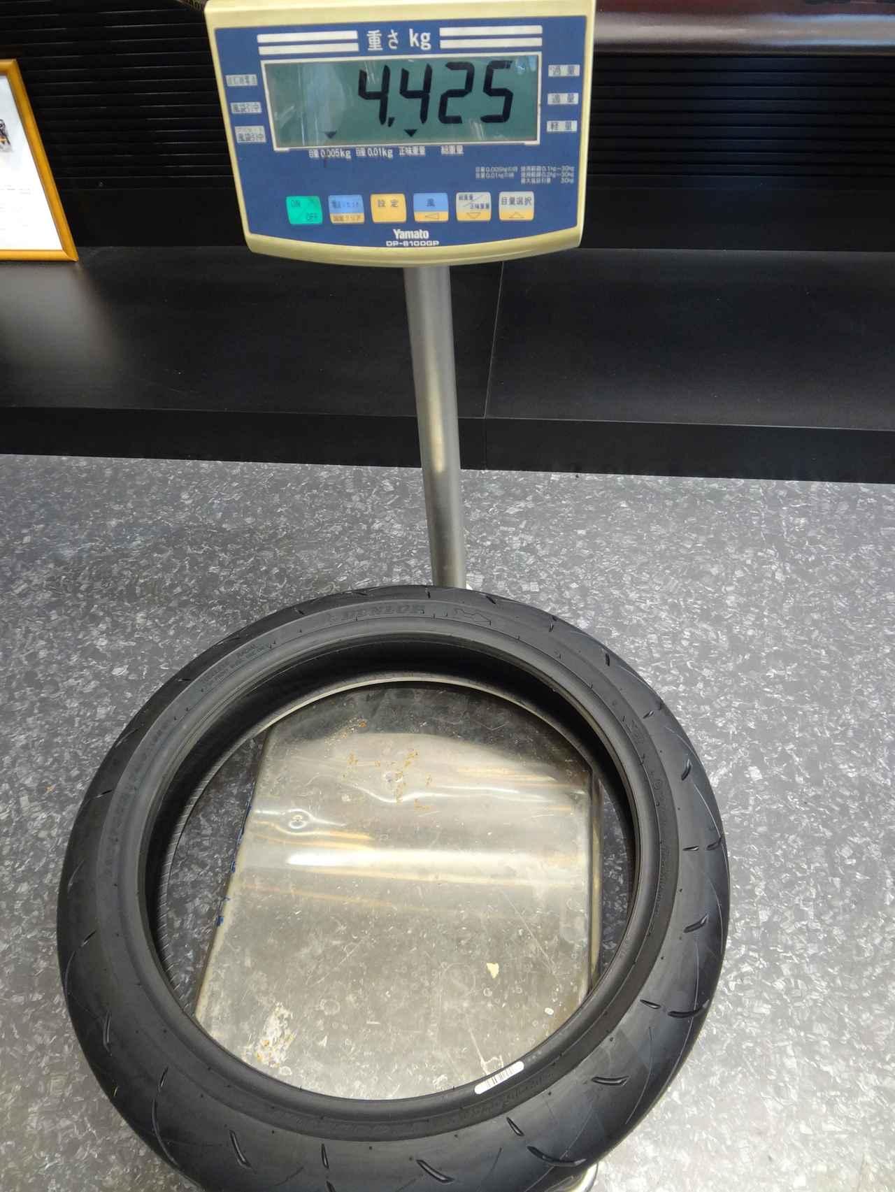 画像: 「タイヤの単体重量を知りたい」というコメントがあったので、交換時の写真を引っ張り出してきた。フロントが4.425kg、リアが6.830kgでした。僕が履いてきた8セットの中では標準的な数値です。