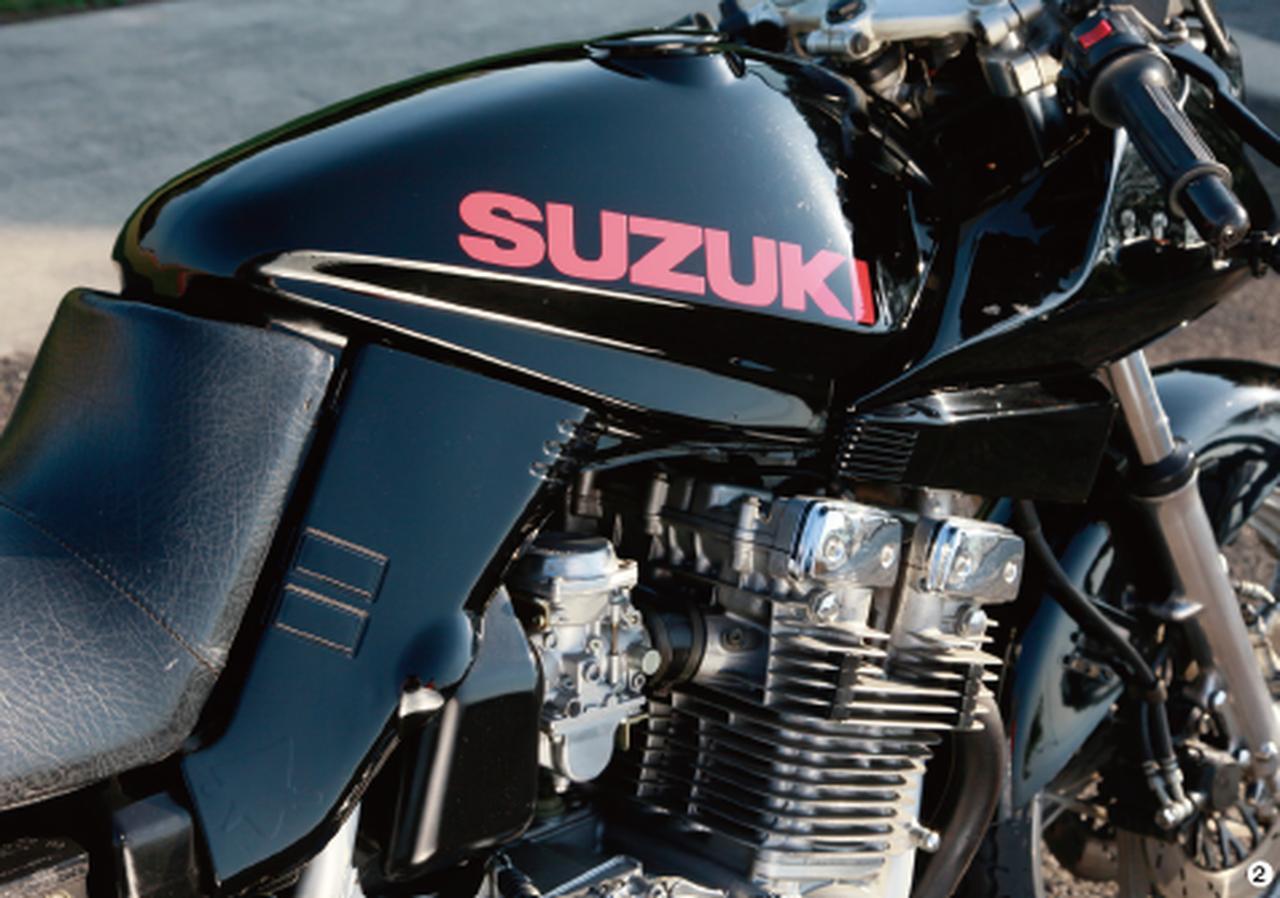 画像: ▲エンジン、キャブレターはノーマル。外装パーツは黒ペイントされ、SUZUKI ロゴは赤。この組み合わせが、カタナファンの間で大流行した。