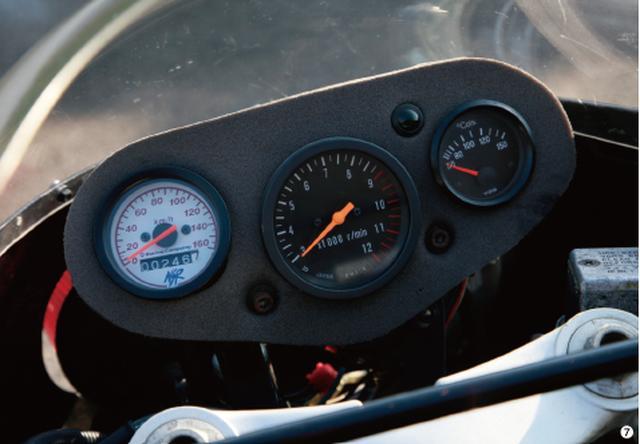 画像: ▲スポンジマウントの小型3 連メーター。中央にタコメーター、右に油温計、左にスピードメーターを装着。スピードメーターは市販のアフターマーケット品を使用。