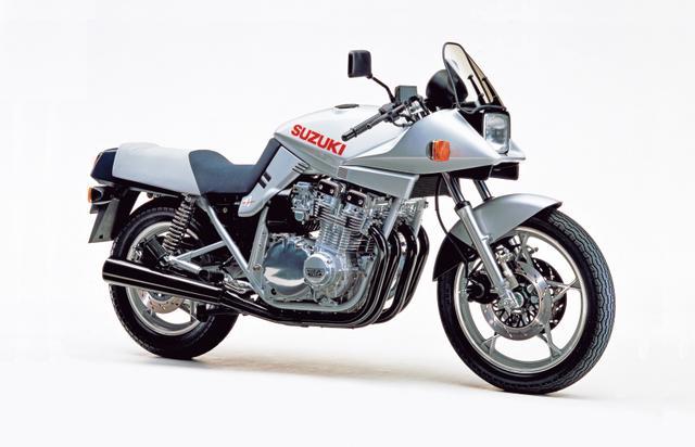 画像: ▲ブラック・カタナのベースとなったのが、この初代SZ型・GSX1100S KATANA(1982)、1981年のケルンショーでプロトタイプが発表され、81年秋に世界で1982年モデルとして市販された。「ケルンの衝撃」と言われた歴史に残る名モデルだ。