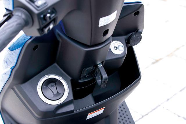 画像: 給油口はスズキの国内向けスクーターとしては初となるフロント配置。右サイドには、クラス初のUSB充電ソケットが備わる。