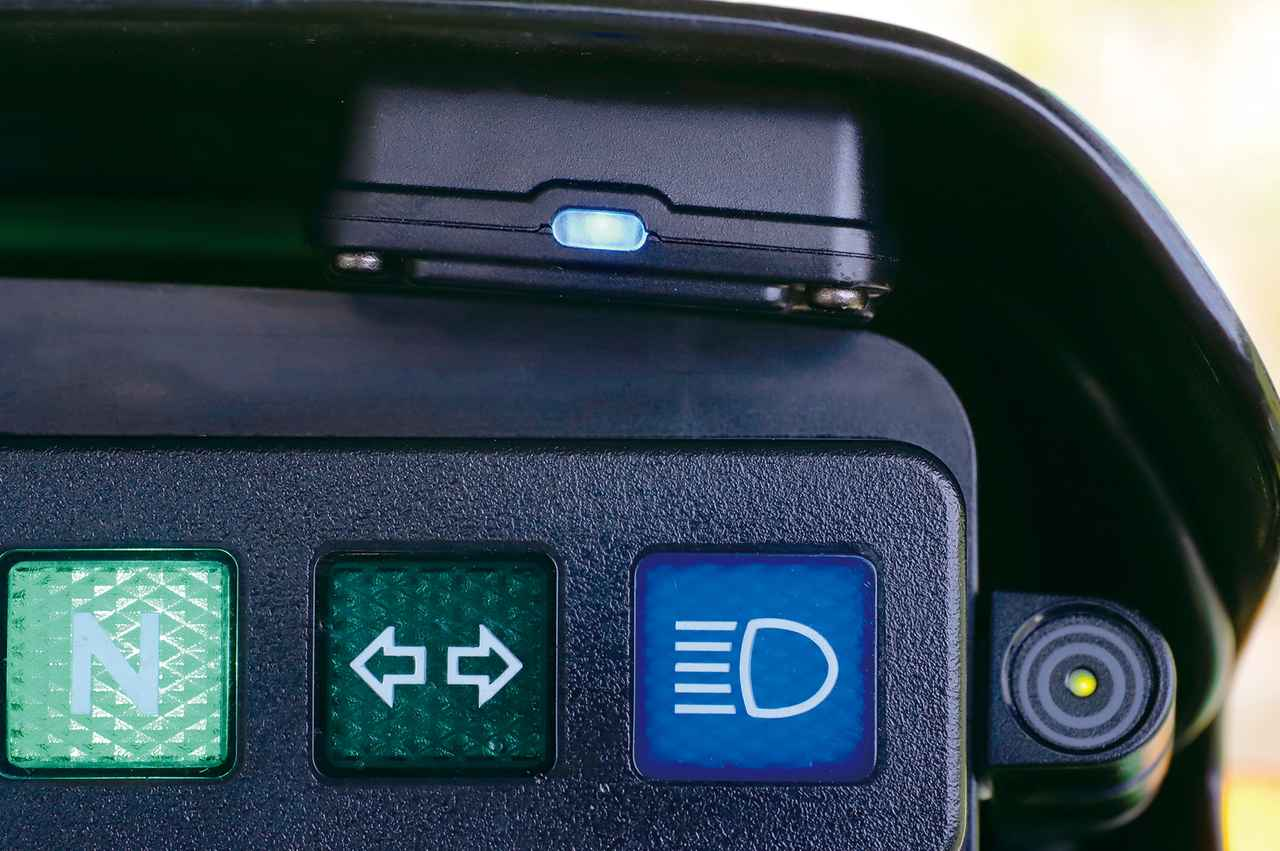 画像: GPSとETCの一体型アンテナはカードの不良や期限切れなどを報せるLEDランプ付き。ETC2.0情報専用インジケーターは注意警戒情報や災害支援情報を緑と赤の点灯/点滅で報せる。