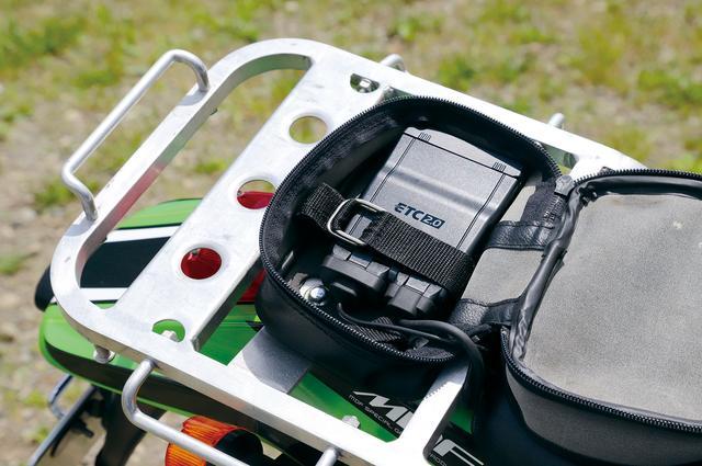 画像: 車載器本体はKLX250が標準装備しているリアバッグに収納。リアバッグがない車種なら汎用バッグをリアフェンダー上にボルト止めするのが手っ取り早い。