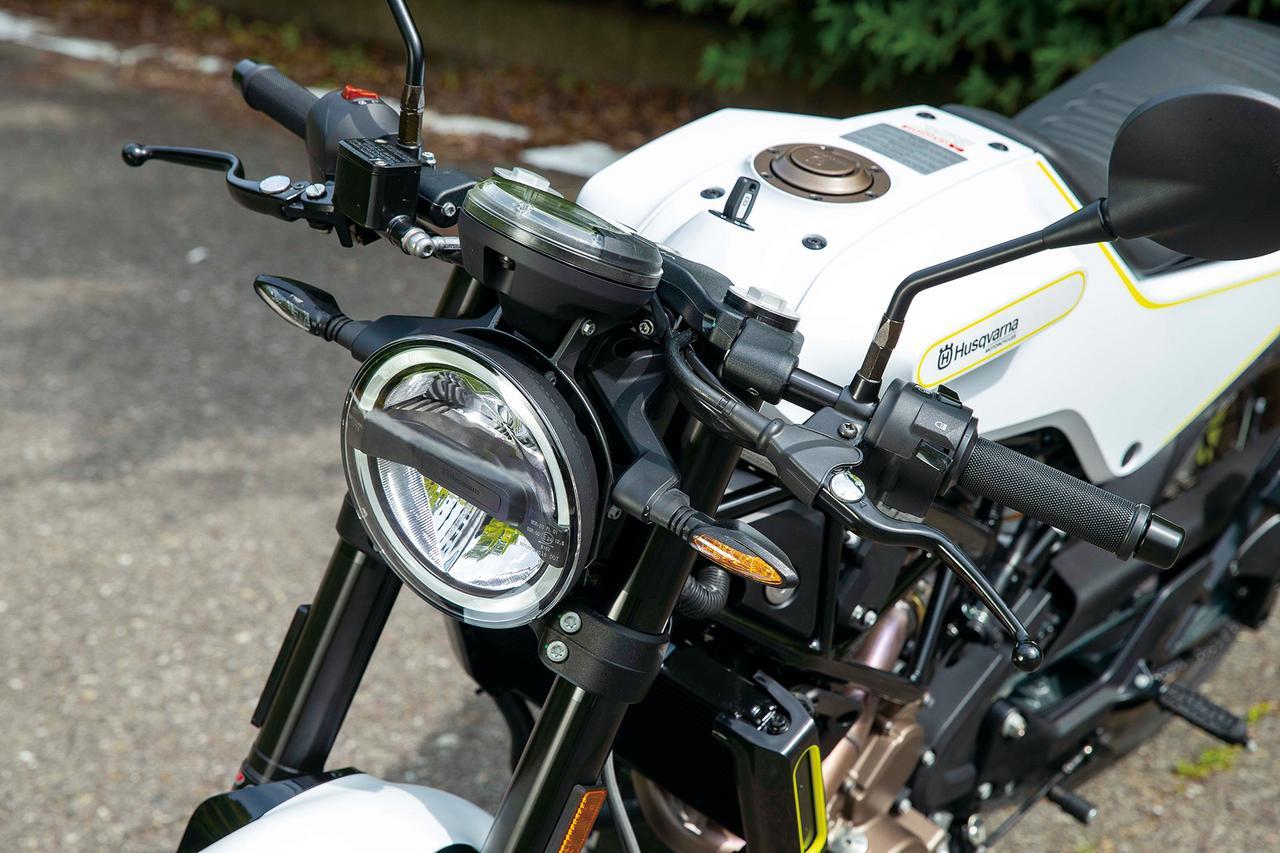 画像: 上下2段のLEDヘッドライトと、それを取り囲むように配置されたLEDポジションランプが印象的なヘッドライト。ハンドルはフラットな配置のセパレート。